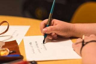 Veera Mäkelän koukeroiset  tekstit syntyvät kotipöydän  ääressä Satomäessä.