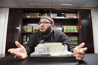 Oussama El-Saadi vakuuttaa, ettei hänellä ole tarvetta peitellä moskeijansa radikaaleja kantoja. Hän vetoaa kertovansa islamista sellaisena kuin se on, mutta muistuttaa, että Tanskassa tulee elää Tanskan lain mukaan.