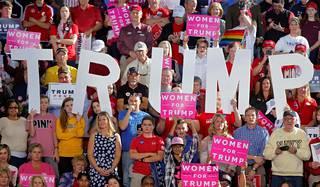 Yleisöä Donald Trumpin vaalikampanjakiertueella Pohjois-Carolinassa.