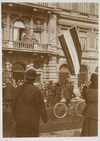 Saksan lippu liehuu hotelli Kämpin parvekkeelta, jossa kenraali von der Goltz kuuntelee Maamme-laulua. Kämp toimi jonkin aikaa saksalaisten esikuntana Helsingissä.