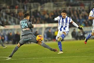 Carlos Vela (oik.) on tärkeä mies Real Sociedadille.