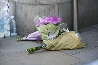 Tapahtumapaikka täyttyi nopeasti muistokukista ja -viesteistä.