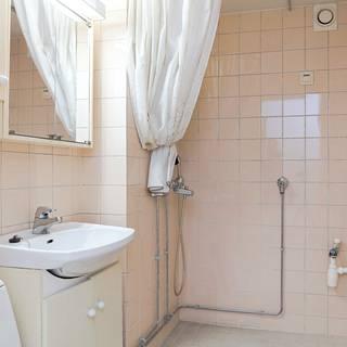 Kylpyhuoneen muutoskuvat toisesta flippauskohteesta. Siinä purettiin kylppäri tiilelle asti.
