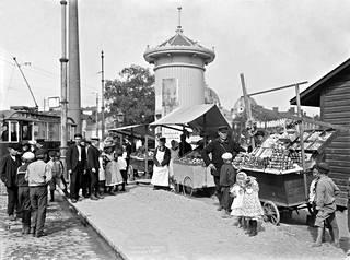 Venäläisiä hedelmäkauppiaita Hakaniementorin kulmalla Helsingissä vuonna 1907.