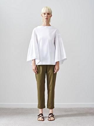 Teija-merkin vaatteet ovat yksinkertaisia ja ajattomia, mutta osuvat silti juuri nyt vallitsevaan paitapuserotrendiin.