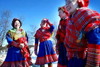 Saamelaisten Marianpäivän juhlat Hetassa vuonna 2003. Kuvassa serkuksilla on Enontekiön puvut.