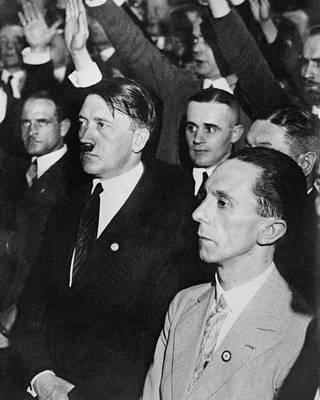Marika Rökk (ei kuvassa) oli natsi-Saksan diktaattorin Adolf Hitlerin (viiksekäs mies eturivissä) suosikkinäyttelijätär. Rökkillä huhutaan olleen salasuhde natsien propagandaministerin Joseph Goebbelsin (eturivissä oikealla) kanssa.
