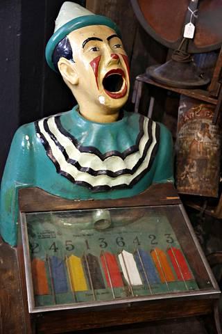 Vanha tivolilaite Weird Antiques -liikkeessä Jätkäsaaressa.