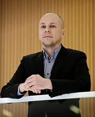 Rokotetutkimuskeskuksen johtaja Mika Rämet ei pidä AstraZenecan heikkoa suojatehoa Etelä-Afrikan virusvarianttia vastaan täysin luotettavana, sillä tutkittu ryhmä oli keski-iältään niin nuori.