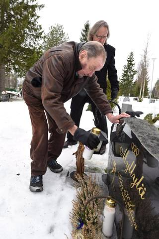 Paavo M. Petäjä ja Pekka Vähäsöyrinki Karpalon hautausmaalla.