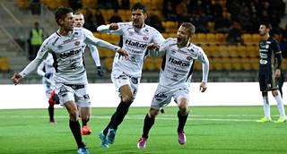 FC Lahden pelaajat juhlivat Marko Simonovskin (vas.) tasoitusmaalia.