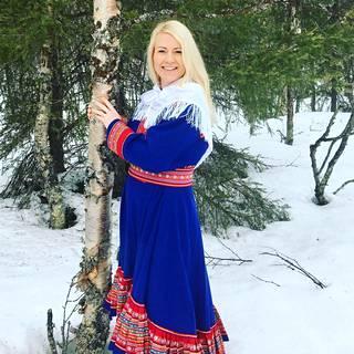 Satu Taavitsainen yllään kittiläläisen ompelijan Enontekiön puvun mallin mukaan tehty puku.