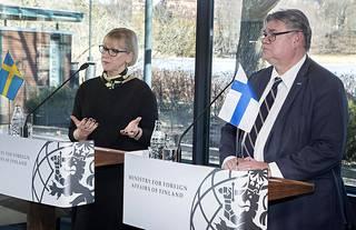 Ruotsin ulkoministeri Margot Wallström (vasemmalla) ilmoitti Ruotsin lahja-aikeista torstaina yhteisessä tiedotustilaisuudessa Suomen ulkoministerin Timo Soinin kanssa.