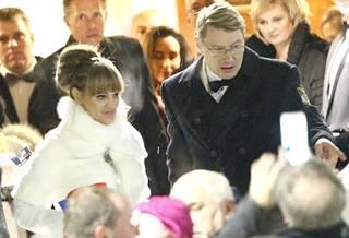Mika ja Marketa astelivat tuoreena avioparina ulos kirkosta.