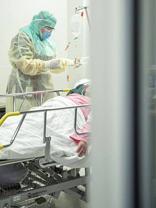 Sairaaloiden kantokyky koronapotilaiden hoidossa vaihtelee paljolti henkilöstöresurssin ja muun potilasmäärän mukaan. Sen tähden kiinteää koronapotilaille korvamerkittyä vuodepaikkamäärää ei voida luoda.