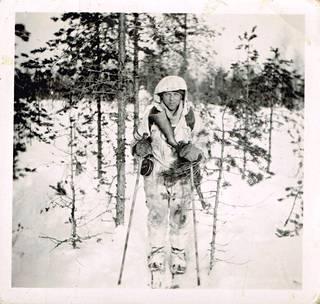 """""""Partio sulautuu maastoon"""", lukee Paavo Lukkarin kuvatekstissä. Kuva huhtikuulta 1942."""