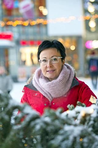 Visit Rovaniemen toimitusjohtaja Sanna Kärkkäinen on oppinut kiinalaisturismin avautumisen myötä uuden tavan käydä bisnesneuvotteluja: –Ei siellä kukaan enää käytä sähköpostia! Neuvotteluja on käyty Wechatin ja Dingtalkin kautta. Tapana on, että teksti on etenee selkeästi kysymys-vastaus-tyyliin, ja sitten mukaan laitetaan vähintään onnenkissa-emoji. Mielellään paljon muutakin visuaalista.
