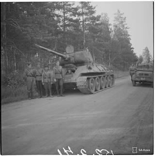 Suomalaisten käyttöön ottama pitkäputkinen T34/85-vaunu kesällä 1944.