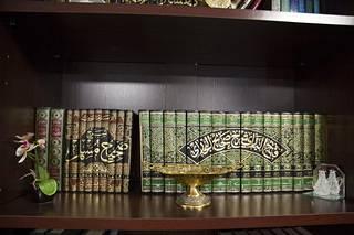 Oussama El-Saadin työhuoneen kirjahyllystä löytyy mitäpä muutakaan kuin islamilaista kirjallisuutta. Teokset sisältävät muun muassa sharialain tulkintoja ja profeetan sanoja ja tekoja selittäviä kommentaareja.