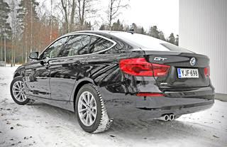 Takaa katsoen 3-sarjan GT:n korkeammat ja pyöreämmät muodot tekevät autosta hieman vähemmän sporttisen. Uudistuksen yhteydessä takavalot muuttuvat led-tekniikoin toteutetuiksi.