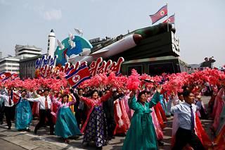 Ohjukset ja raketinheittimet ovat paraateissa näkyvällä paikalla. Kuva on Pjongjangista 15.4.2017.