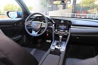Varsinkin kahden sukupolven takaisiin malleihin verrattuna uuden Civicin kojelauta on suorastaan tavanomaisen näköinen. Ajoasennon saa hyvin miellyttäväksi. Sekä penkeissä että ohjauspyörässä riittää säätövaraa jokaiseen makuun.