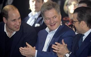 Prinssi William (vas.), presidentti Sauli Niinistö ja prinssi Daniel Slushissa torstaina.