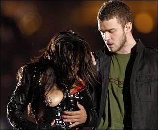 Justin Timberlake jäi esityksessä tyystin varjoon, kun Jacksonin uhkea lateksiasu paljasti tähden rinnan kokonaan.
