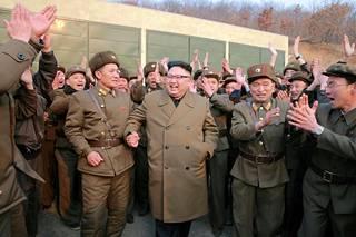 Kim Jong-un seurasi suihkumoottoritestiä Pohjois-Korean uutistoimiston julkaisemassa kuvassa maaliskuussa.