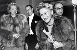 Elokuvapalkinto Jussit jaettiin ensimmäistä kertaa vuonna 1944. Palkintoa vastaanottamassa näyttelijä Ansa Ikonen. Takana naisten välissä on radiokuuluttaja Carl-Erik Creutz.