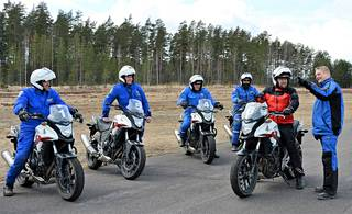 Vanhempi konstaapeli Markus Lehtiö opastaa toimittaja Tero Kiiraa ajo-opetuksen saloihin.