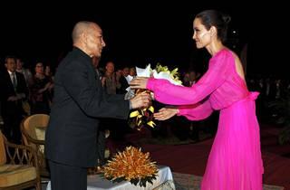 Jolie tervehti matkallaan myös Kambodžan kuningasta Angkorin temppelissä Siem Reapissa.