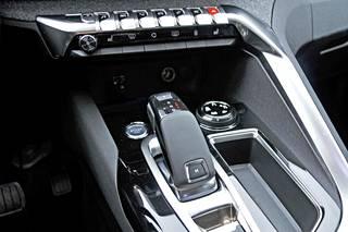 Kuusiportaisen automaattivaihteiston valitsinkahva on suorastaan futuristisesti muotoiltu. Sen yläpuolella olevista keinuvivuista on suora yhteys tärkeimpiin toimintoihin.