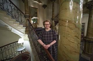 Historiantutkija, professori Laura Kolbe on koonnut Hotelli Kämpin rikkaan historian kansien väliin.