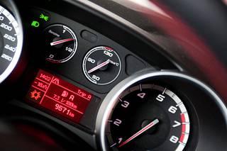 Valot vilkkuivat tiuhaan naisen ostamassa Alfa Romeossa. Arkistokuva.