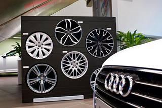 Vanteet ovat perinteisesti olleet yksi suosituimmista tuunauksen kohteista. Audin vuoden alussa esittelemä ratkaisu personointiin on Customer Private Lounge, huone, jossa asiakas voi mallailla värivaihtoehtoja ja eri materiaaleja ja samalla konfiguroida niitä myös mahdolliseen tulevaan autoonsa tietokoneohjelman avulla.