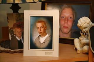 Teemu Puumalan kuvia hänen äitinsä piirongin päällä.