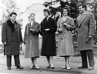 Herttoniemen oppikoulun perustamisrahaston tukemiseksi esiteltiin sunnuntaina Kino Herttuassa vaateteollisuuden syysmallistoa. Vuosi 1956.