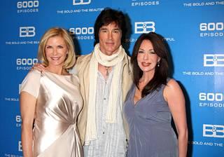 Ronn Mossin roolihahmo Ridge meni sarjassa naimisiin seitsemän kertaa Brooksen (Katherine Kelly Lang, vas.) ja kahdesti Taylorin (Hunter Tylo, oik.) kanssa.