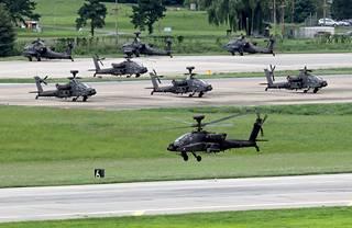 Apache-helikoptereita Etelä-Korean ja Yhdysvaltain sotaharjoituksessa Pyeongtaekissa, Soulin lounaispuolella.