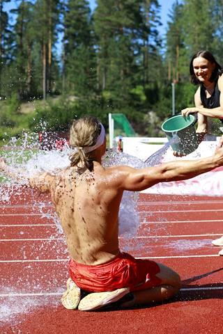 Senni Salminen viilentämässä valmentajaansa suorituksen jälkeen.