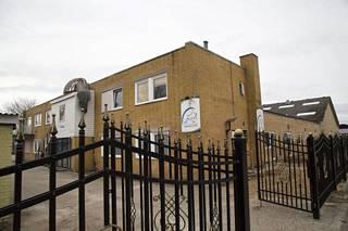 Grimhløjvej'n moskeija sijaitsee Aarhusissa, Gellerupin lähiössä. Vaikka öljyvaltio Kuwait rahoittaa sen toimintaa, eivät moskeijan puitteet ole kovinkaan hulppeat.