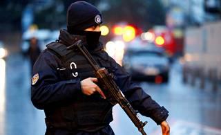 Poliisi turvaa yökerhon iskun tutkintaa.