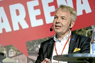 Vihreiden Pekka Haavisto puhuu suomea, ruotsia ja englantia sekä vähän ranskaa.