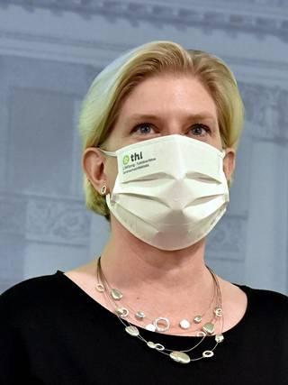 Johtava asiantuntija Mia Kontio harmittelee Pfizerin rokotetoimitusten pienenemistä. Sen takia osa joutuu odottamaan ykkösannostaankin pitkälle loppukesään.