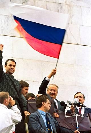 Elokuun 1991 vallankaappausyritys päättyi Boris Jeltsinin voittoon. Hän oli jo tuolloin Venäjän presidentti, mutta tasavalta oli vielä osa Neuvostoliittoa.