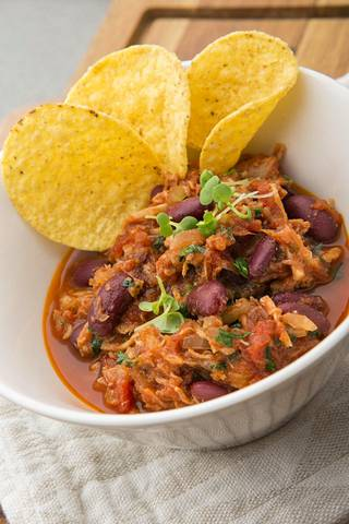 Tarjoile chili con carnen kanssa nachoja.