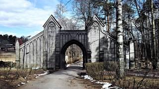 Monrepos'n portin arvellaan olevan arkkitehti Carl Ludvig Engelin suunnittelema. Myös portti restauroidaan.
