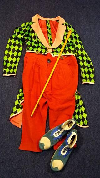 Pelle Hermannin vaatteet ja kepakko ovat säilyneet hyvässä kunnossa.