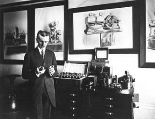Sähkösodan haastajaksi noussut Nikola Tesla oli vakuuttunut siitä, että sähkön tulevaisuus on vaihtovirrassa eikä Edisonin tasavirrassa.